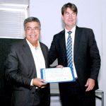 Presidente da REFER, Marco André Marques Ferreira (direita) entrega certificado para Antônio Bráulio, presidente da Associação Nacional dos Participantes dos Fundos de Pensão (Anapar)