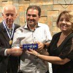O presidente e a vice-presidente da AARFFSA, Nelson Cruz e Lígia Maria Martins Gonçalves, entregam troféu em homenagem ao senador Eduardo Lopes