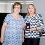 Presidente da Associação de Engenheiros Ferroviários, Isabel Cristina Junqueira (esquerda), entrega medalha comemorativa pelos 25 anos de criação da Associação aos homenageados: Deputada Gorete Pereira