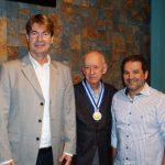 O presidente da AARFFSA, Nelson Cruz, ao lado do senador Eduardo Lopes (direita) e o presidente da REFER, Marco André Marques Ferreira (esquerda)